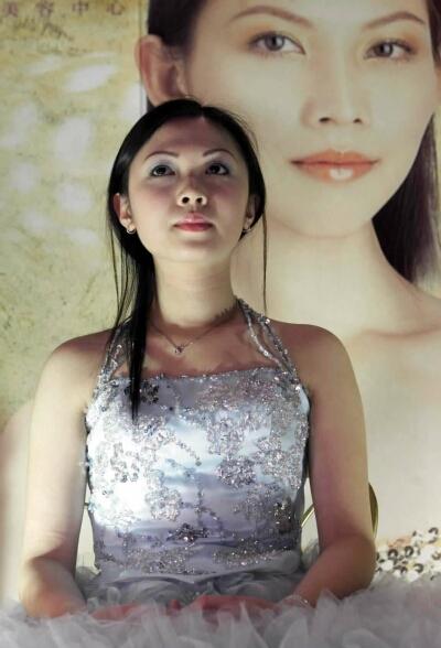 人体艺术裸体拍纱_请来漂亮的模特儿在展台前作婚纱美容宣传的\