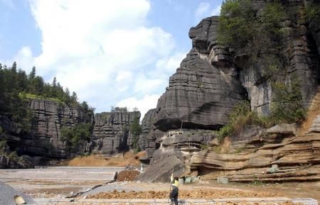 梭布垭风景区位于湖北省恩施市北部