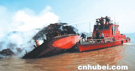 4艘共载有440吨芦苇的驳船连环燃烧,省市消防官兵水陆夹击,4个半小时