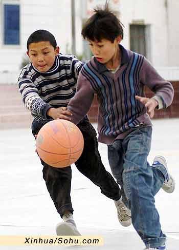 两个小朋友在打篮球