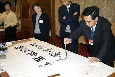 组图:河南,贵州代表在驻地泼墨挥毫