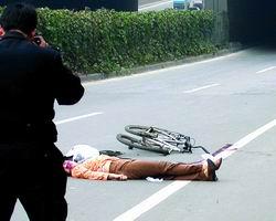 大货车撞死中年女士逃逸 众人追堵200米