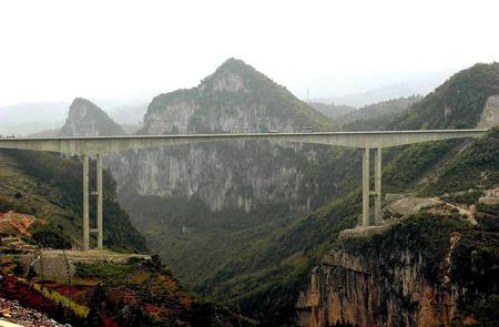 特殊的喀斯地质地貌,使得贵毕公路成为贵州高原上千姿百态,形态各异