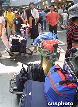 图文:出国留学生爆满北京机场