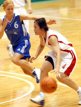 大运会 中国女篮胜芬兰 宋晓云带球反击