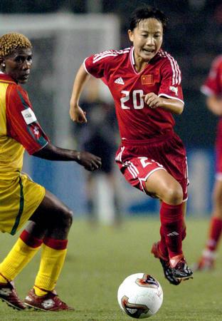 ...,中国队队员王丽萍(右)在女足世界杯D组比赛中带球突破.