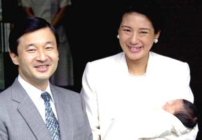 怀抱公主宝宝 日本皇太子和太子妃出院回家(图)