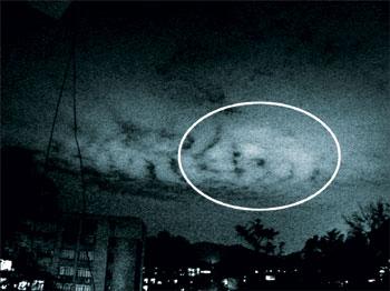山东德州不明飞行物_广州夜空惊现不明飞行物 像风火轮在云层中盘旋