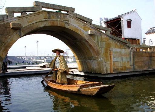 图文:模特泛舟江南水乡 小桥流水人家景致醉人