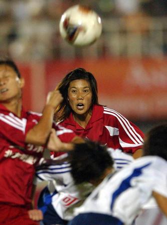 中国女足南北明星争霸赛 范运杰门前争顶