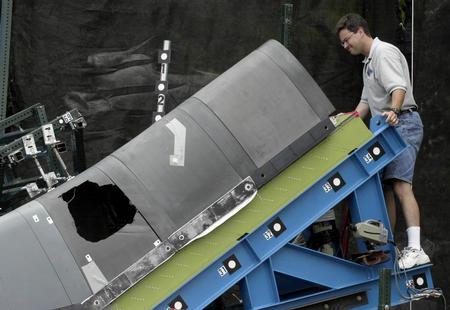 """模拟实验证明""""哥伦比亚""""号航天飞机失事是泡沫材料撞击直接引起."""