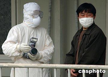 组图:中国记者全力报道北京抗击sars入侵图片