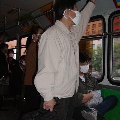 公共汽车上的乘客多了-非典时期看北京 三元桥又堵了香山人多了高清图片
