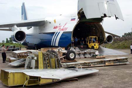 图文:美方人员将ep-3飞机组件装上安-124运输机