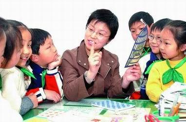 上海闸北区实验小学校长徐晓唯启发小朋友学习