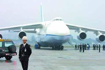 抵达:世界上最大的飞机载着广州地铁来了