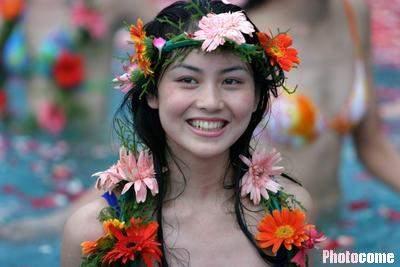 图文:cctv模特大赛 泳装美女畅游花海(2)