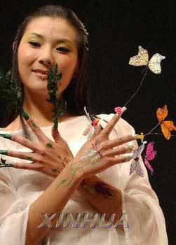 妙龄美女汇聚南京指甲秀 蝴蝶鲜花满指头(组图)