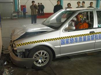 上海华普M203轿车成功完成碰撞试验