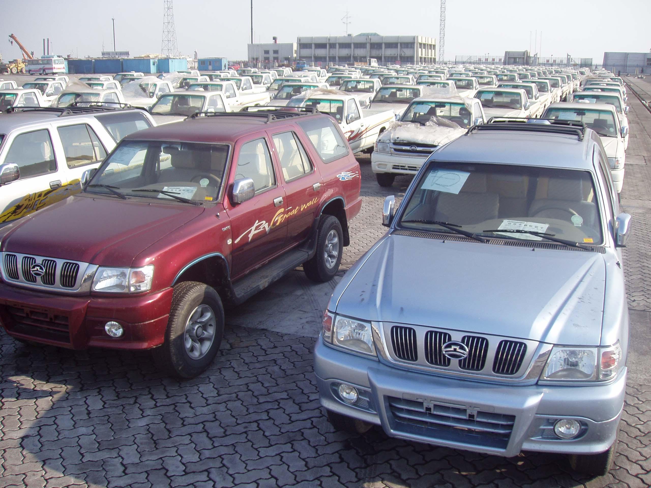 搜狐汽车讯:11月23日,出口沙特等中东国家的450辆长城汽车在天津新港再次装船出海。这是今年以来长城汽车的第8批出口,出口的品种有:旗下迪尔系列轿卡、国内SUV销量冠军赛弗以及5辆长城大客车。按计划今后还将有大批量出口。   在国内,长城是即将在境外上市的最大民营汽车企业,以稳健经营而著称,向来的作风是做了再说,说到做到。而在国际市场,该公司注重良性的市场开发,既追求出口的数量,更追求出口的质量效益,如赛弗SUV,在国内的售价为8.