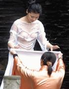 裸体美女模特露淫私人体艺术照_在都江堰附近某泉眼处,即将参加首届人体艺术模特比赛总决赛的选手们