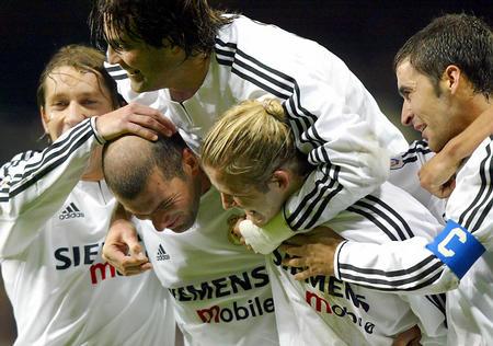 齐达内/11月23日,皇家马德里队球员齐达内(前左二)、贝克汉姆(右二...