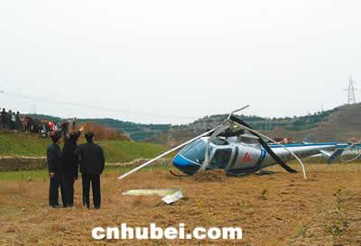 航拍直升机撞上高压线坠地 机上三人轻伤高清图片