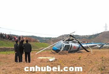 一直升机撞上高压线坠地 机上3人受轻伤高清图片
