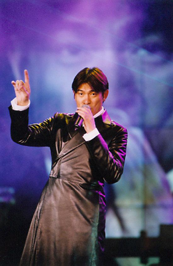 图文:99年cma颁奖典礼-刘德华在台上-8图片