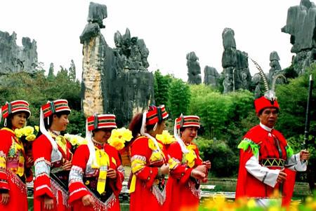 云南省石林阿诗玛景区参观游览.据统计,来石林风景区参观游
