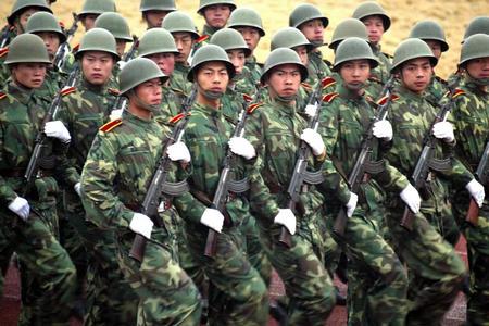 培养军队干部 队列整齐
