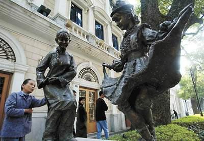 与此同时,从广州雕塑院,美院及民间雕塑家手中征集到的245件第二批城