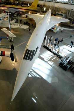 """美国""""企业号""""航天飞机停在新展览中心内."""