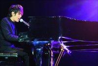 周杰伦/周杰伦边唱边弹钢琴。姬东摄