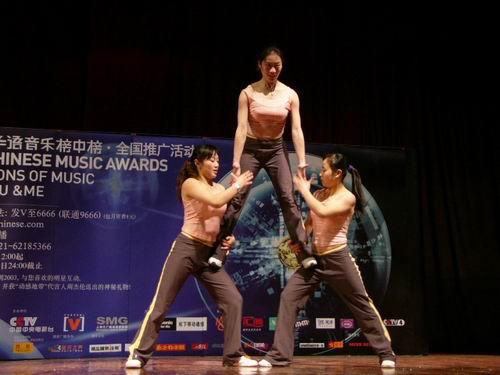 学的女生表演健美操