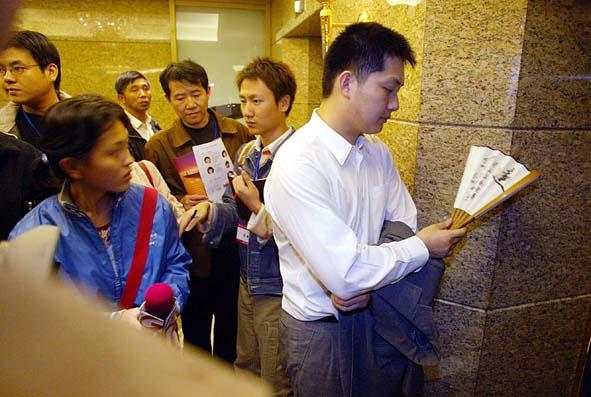 2003年10月28日,常昊九段败走LG杯后痛苦地站在电梯口一幕,这也是2003年总体成绩不佳的中国棋手在全年各大赛中最富代表性的一幕。吉祥/摄   特约撰稿费胜昔近几年来一马当先的韩国棋手尽管在2003年连绊了几个趔趄,但是却丝毫无损于其围棋世界领骑者的地位,而日本和中国则加快了追赶的脚步,但是在连续取得多个局部性的先手之后,审视全局却发现其间的差距似乎并未缩小多少。   多年来固若金汤的韩国三保险曹薰铉、李昌镐、刘昌赫组合的不败金身今年终于被打破,在一系列世界比赛中这三巨擘接连失手,在亚洲杯