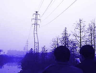 高压输电线路铁塔塔身已经严重倾斜