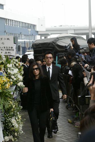 张国荣葬礼火化现场视频_图文:梅艳芳今日出殡 身前好友陆续到场-38