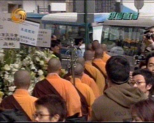 图文 梅艳芳出殡多位好友抵达现场 喇嘛出来11