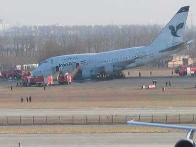 组图:一外国飞机起落架故障迫降首都机场