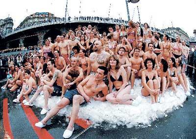 大冰块上泳装演绎冰上比基尼