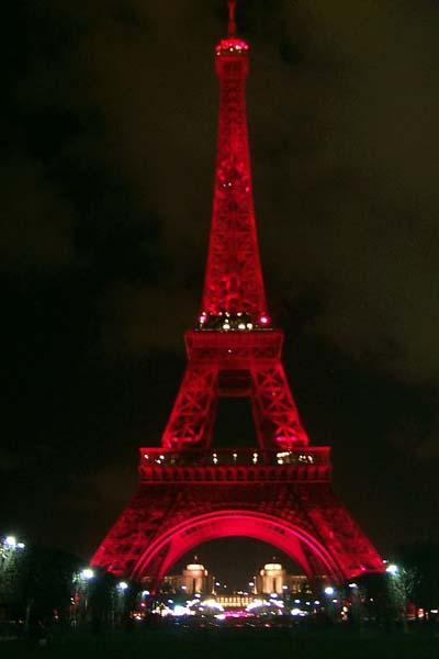 端庄雄伟的埃菲尔铁塔将身着红装