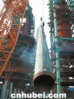图文:武钢新三号高炉本体主体结构完工