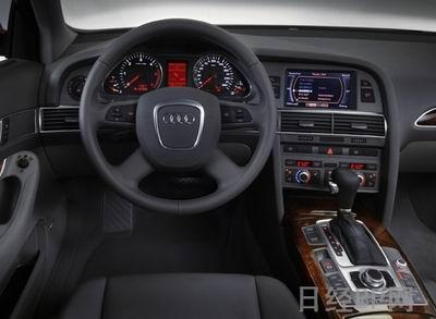 德国奥迪日前公开了新款A6。改变了格栅及前照灯等的车身前部外观,采用了更加富有运动感的设计。采用共计5种类型的引擎,分别为3种汽油引擎和2种柴油引擎。作为选配,配有配光可变型氙前灯和车距控制系统(2005年以后)。虽然并未公布上市时间等详细情况,但将在第74届日内瓦车展上展出。