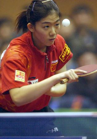 国家女乒热身赛 牛剑锋比赛中发球(图文)