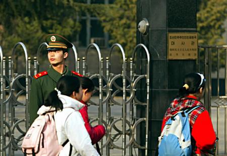 图文:孩子放学经过朝鲜驻中国大使馆门口-搜狐