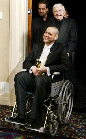 图文:奥斯卡颁奖-金-凯利坐着轮椅出席