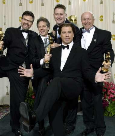 图文:奥斯卡颁奖-特拉沃尔塔摆出搞笑造型