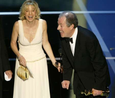 图文:奥斯卡颁奖-最佳外语片导演与妻子