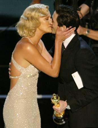 图文:奥斯卡颁奖-影后塞隆亲吻布洛迪